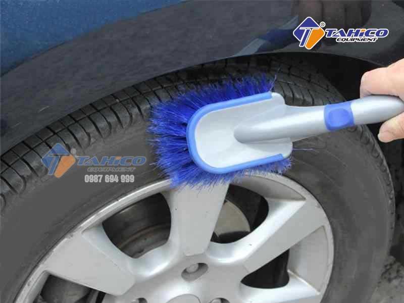 Sử dụng chổi vệ sinh xe ô tô, xe máy đa năng