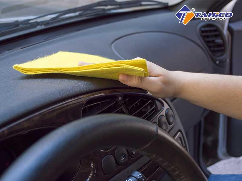 Sử dụng dung dịch giúp kích hoạt độ bóng và cải thiện mùi cho nội thất xe.