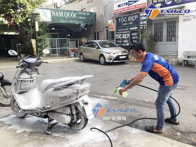 Phun dung dịch bằng máy rửa xe