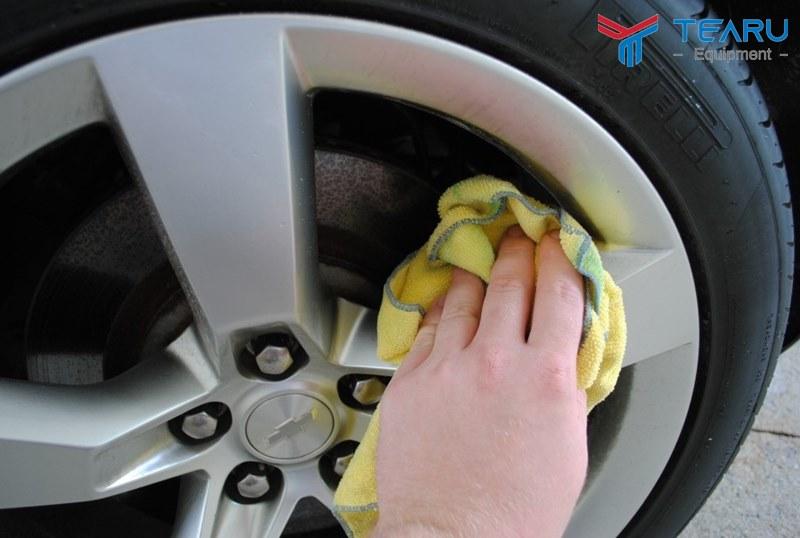 Sử dụng dung dịch để vệ sinh mâm xe
