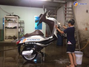 Rửa xe dễ dàng hơn với cầu nâng rửa xe máy