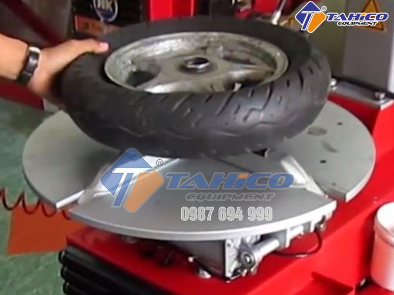 Dòng máy ra vào lốp xe máy (honda, tay ga)