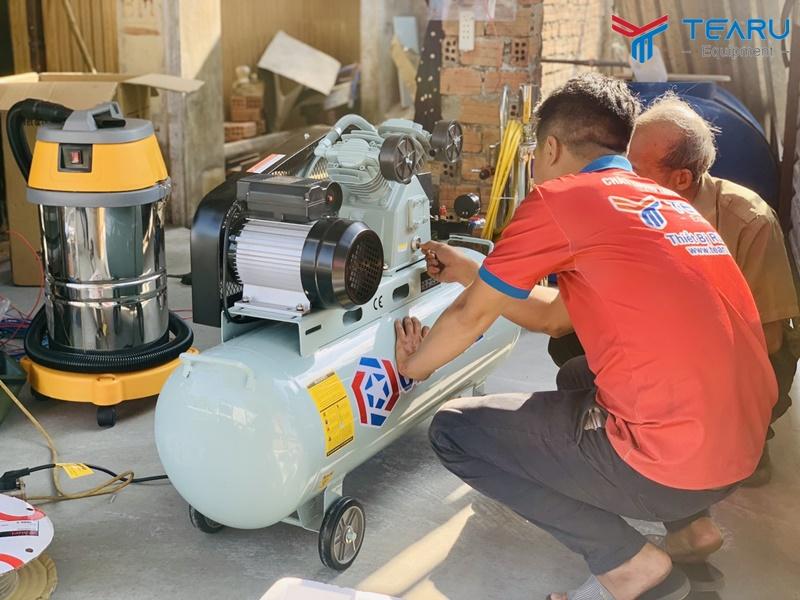 Kỹ thuật viên TEARU hướng dẫn sử dụng máy nén khí