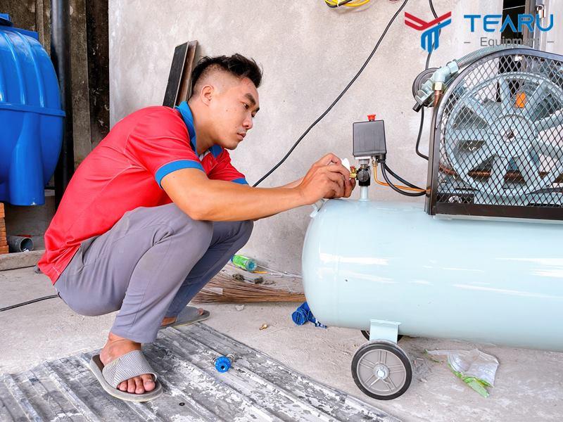 Kỹ thuật viên lắp máy nén khí rửa xe