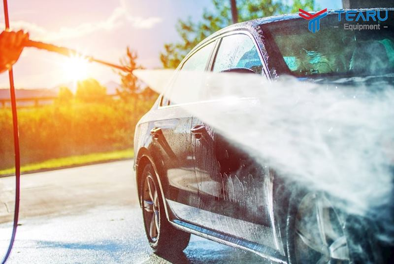 Tiến hành rửa xe dưới trời nắng nóng