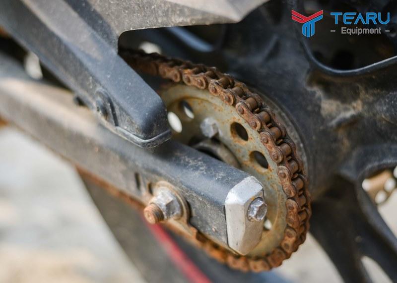 Xích xe máy để bẩn và không bôi trơn ảnh hưởng đến xe khi chạy